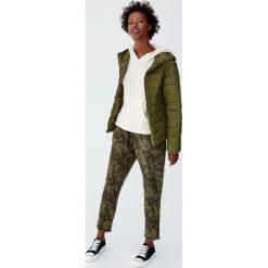 Puchowa kurtka z kapturem. Brązowe kurtki damskie puchowe marki Pull&Bear, z puchu, z kapturem. Za 89,90 zł.