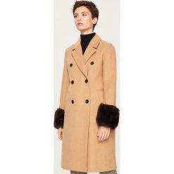 Płaszcz z futrzanymi mankietami - Beżowy. Białe płaszcze damskie marki Reserved, l, z dzianiny. Za 299,99 zł.