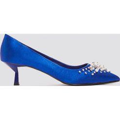 NA-KD Shoes Satynowe czółenka z koralikami - Blue. Niebieskie buty ślubne damskie NA-KD Shoes, z satyny, na niskim obcasie. W wyprzedaży za 48,59 zł.