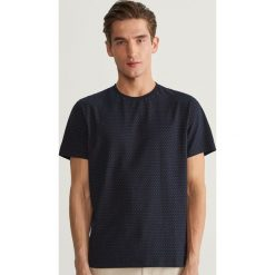 T-shirty męskie: T-shirt w kropki - Granatowy