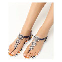 Granatowe Sandały Sweet Creature. Białe sandały damskie marki Born2be, w paski, na płaskiej podeszwie. Za 49,99 zł.