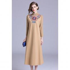 Sukienka w kolorze beżowym. Brązowe sukienki marki Zeraco, ze stójką, midi, proste. W wyprzedaży za 349,95 zł.