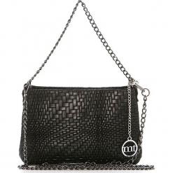 Skórzana torebka w kolorze czarnym - 26 x 16 x 4 cm. Czarne torebki klasyczne damskie Mia Tomazzi, w paski, z materiału. W wyprzedaży za 181,95 zł.