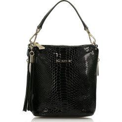 Czarna torebka przez ramię. Czarne torebki klasyczne damskie marki Kazar, w paski, ze skóry, z tłoczeniem, z frędzlami. Za 649,00 zł.