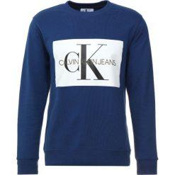 Calvin Klein Jeans MONOGRAM BOX LOGO CREW NECK Bluza blue. Niebieskie bluzy męskie Calvin Klein Jeans, m, z bawełny. Za 419,00 zł.