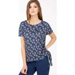 Bluzki asymetryczne: Wzorzysta bluzka z wiązaniem