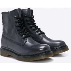 Tamaris - Botki. Czarne buty zimowe damskie Tamaris, z materiału, z okrągłym noskiem, na obcasie, na sznurówki. W wyprzedaży za 249,90 zł.