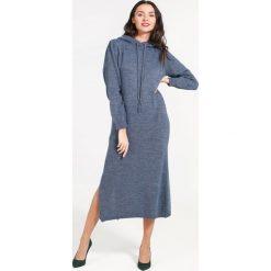 Sukienka - 4-6048 JEANS. Niebieskie sukienki dzianinowe Unisono, uniwersalny, z kapturem, midi, proste. Za 69,00 zł.