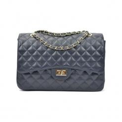Skórzana torebka w kolorze niebieskim - (S)33 x (W)22 cm. Niebieskie torebki klasyczne damskie Akcesoria na sylwestrową noc, z materiału, pikowane. W wyprzedaży za 369,95 zł.