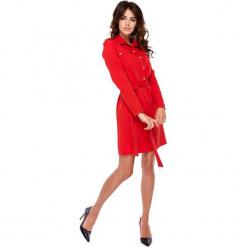 Czerwona Wizytowa Sukienka o Koszulowym Kroju z Militarnym Akcentem. Czerwone sukienki koktajlowe Molly.pl, do pracy, l, moro, z koszulowym kołnierzykiem, koszulowe. Za 218,90 zł.