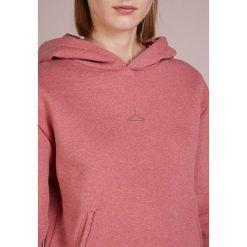 Holzweiler HANG ON Bluza z kapturem red melange. Szare bluzy z kapturem damskie marki Alma en Pena, z materiału, na płaskiej podeszwie. Za 739,00 zł.