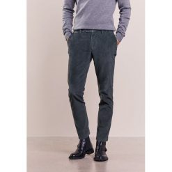 Hackett London ASHBY SLIM  Spodnie materiałowe khaki. Brązowe chinosy męskie marki Hackett London, z bawełny. W wyprzedaży za 395,45 zł.