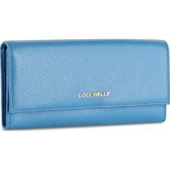 Duży Portfel Damski COCCINELLE - BW5 Metallic Soft E2 BW5 11 03 01 Azur 021. Czarne portfele damskie marki Coccinelle. W wyprzedaży za 419,00 zł.