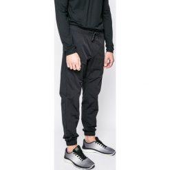 Nike Sportswear - Spodnie. Różowe joggery męskie marki Nike Sportswear, l, z nylonu, z okrągłym kołnierzem. W wyprzedaży za 159,90 zł.
