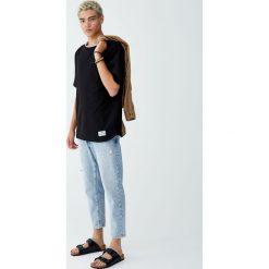 Bluza z krótkim rękawem i napisem. Czarne bluzy męskie rozpinane Pull&Bear, m, z napisami, z krótkim rękawem, krótkie. Za 69,90 zł.