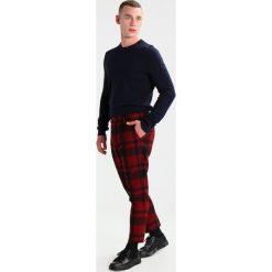 Spodnie męskie: Samsøe & Samsøe LAURENT CROP  Spodnie materiałowe high risk red