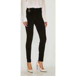 Guess Jeans - Spodnie. Szare jeansy damskie marki Guess Jeans, na co dzień, l, z aplikacjami, z bawełny, casualowe, z okrągłym kołnierzem, mini, dopasowane. Za 399,90 zł.