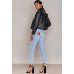 NA-KD Jeansy z haftowanym płomieniem - Blue. Szare proste jeansy damskie marki NA-KD, z bawełny, z podwyższonym stanem. W wyprzedaży za 110,48 zł.