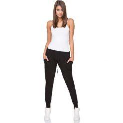 Czarne Dresowe Spodnie z Wiązaniem w Pasie. Czerwone spodnie dresowe damskie marki Molly.pl, l, z jeansu, biznesowe, z dekoltem na plecach, z długim rękawem. Za 129,90 zł.
