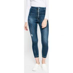 Guess Jeans - Jeansy. Szare jeansy damskie rurki marki Guess Jeans, na co dzień, l, z aplikacjami, z bawełny, casualowe, z okrągłym kołnierzem, mini, dopasowane. W wyprzedaży za 499,90 zł.