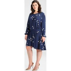 Sukienki hiszpanki: ADIA DRESS VNECK LONG SLEEVES WITH BELT PRINT WITH DOTS Sukienka letnia blue cameo