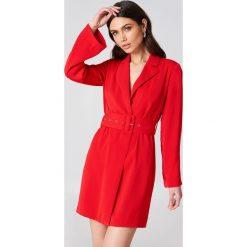 Długie sukienki: Hannalicious x NA-KD Sukienka-marynarka - Red