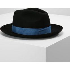 PS by Paul Smith POM POM TRILBY Kapelusz black. Czarne kapelusze damskie PS by Paul Smith, z materiału. W wyprzedaży za 384,30 zł.