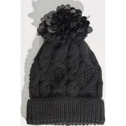 Czapka z aplikacją - Czarny. Czarne czapki damskie Sinsay, z aplikacjami. Za 29,99 zł.