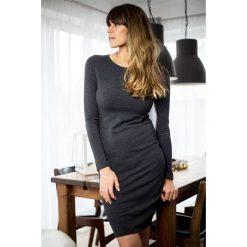 Sukienki hiszpanki: sukienka tuba dopasowana