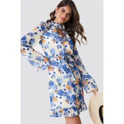 Andrea Hedenstedt x NA-KD Sukienka midi z wycięciem - Multicolor. Szare sukienki na komunię marki Andrea Hedenstedt x NA-KD, w paski, z poliesteru, dekolt w kształcie v, midi. W wyprzedaży za 142,07 zł.