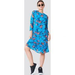 NA-KD Siateczkowa sukienka do kolan - Blue,Multicolor. Niebieskie sukienki na komunię NA-KD, z okrągłym kołnierzem, midi, proste. W wyprzedaży za 113,37 zł.
