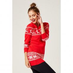 Sweter w kolorze czerwonym. Czerwone swetry klasyczne damskie marki SCUI, z okrągłym kołnierzem. W wyprzedaży za 139,95 zł.