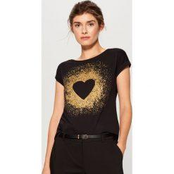 Bawełniana koszulka z nadrukiem - Czarny. Czarne t-shirty damskie Mohito, l, z nadrukiem, z bawełny. Za 39,99 zł.