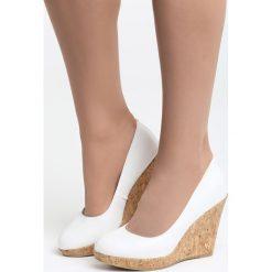 Białe Koturny Gotta Have it. Czarne buty ślubne damskie marki Kazar, z materiału, na wysokim obcasie, na koturnie. Za 89,99 zł.