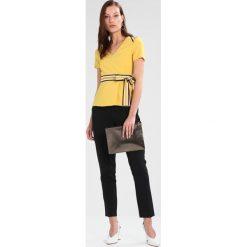 Bluzki asymetryczne: Karen Millen SPLICED STRIPE COLLECTION Bluzka mustard