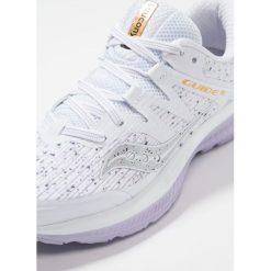 Saucony GUIDE ISO Obuwie do biegania Stabilność white. Białe buty do biegania damskie Saucony, z gumy. Za 589,00 zł.