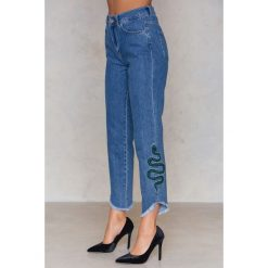 NA-KD Jeansy ze skośnym wykończeniem Snake - Blue. Niebieskie jeansy damskie NA-KD, z podwyższonym stanem. W wyprzedaży za 110,48 zł.
