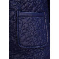Benetton Kurtka przejściowa dark blue. Niebieskie kurtki dziewczęce przejściowe marki Benetton, z materiału. W wyprzedaży za 125,30 zł.