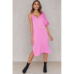 NA-KD Sukienka midi z asymetrycznymi ramionami - Pink. Różowe sukienki asymetryczne NA-KD, z asymetrycznym kołnierzem, midi. W wyprzedaży za 40,19 zł.