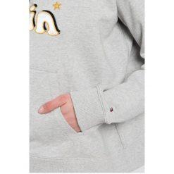 Tommy Hilfiger - Bluza GiGi Hadid. Szare bluzy z kapturem damskie marki TOMMY HILFIGER, l, z aplikacjami, z bawełny. W wyprzedaży za 269,90 zł.