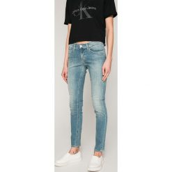 Calvin Klein Jeans - Jeansy Roxy. Niebieskie jeansy damskie marki Calvin Klein Jeans, z bawełny. W wyprzedaży za 379,90 zł.
