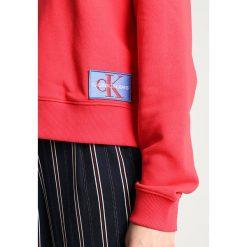 Calvin Klein Jeans HARRISON MONOGRAM LOGO BADGE HOODIE Bluza z kapturem tomato. Czerwone bluzy z kapturem damskie Calvin Klein Jeans, xl, z bawełny. Za 499,00 zł.