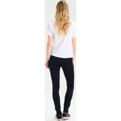 Tommy Jeans MID RISE SKINNY NORA Jeans Skinny Fit boogie blue. Niebieskie jeansy damskie marki Tommy Jeans. W wyprzedaży za 356,30 zł.