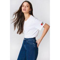 NA-KD T-shirt Rose Sleeve Embroidery - White. Białe t-shirty damskie NA-KD, z bawełny, z okrągłym kołnierzem. W wyprzedaży za 42,67 zł.