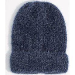 Czapka beanie z połyskującym włosiem - Granatowy. Niebieskie czapki damskie Mohito. Za 39,99 zł.