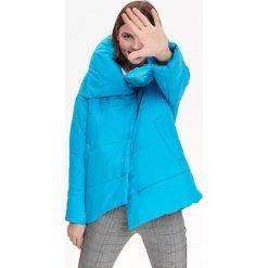 KRÓTKA OCIEPLANA KURTKA ZAPINANA NA SKOS. Niebieskie kurtki damskie zimowe marki Top Secret. Za 169,99 zł.