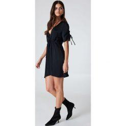 Sukienki hiszpanki: Kristin Sundberg for NA-KD Błyszcząca sukienka z dekoltem V – Black