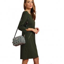 Sukienka w kolorze ciemnozielonym. Zielone sukienki marki Almatrichi, s, z okrągłym kołnierzem, midi, proste. W wyprzedaży za 169,95 zł.