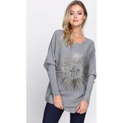 Szary Sweter Staying Alive. Szare swetry klasyczne damskie Born2be, l, z dzianiny, z okrągłym kołnierzem. Za 59,99 zł.