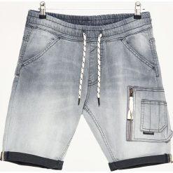 Jeansowe szorty z kieszenią cargo - Szary. Czerwone spodenki jeansowe męskie marki Cropp. W wyprzedaży za 69,99 zł.